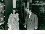 Dalida and Fernand Raynaud discussion while walking.