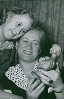 Brita Hertzberg with her daughter Katarina and a statue of Jenny Lind