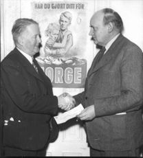 Landshövdning Mannerfelt submit collections to Norway Aid to the Director E. Bjelle - 27 January 1945