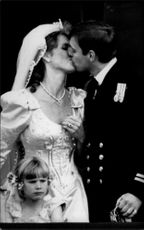Prince Andrew and Newlyweds The wife Sarah kisses each other on the Buckingham Palace's balcony.