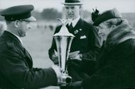 Flight Day in Örebro, Governor's wife Hasselrot submit price to the traffic controllers Brink - 14 May 1939