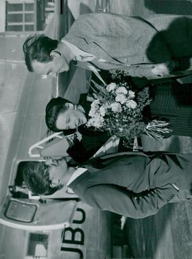 Signe Hasso is welcomed by Alf Kjellin and Ingmar Bergman at Bromma Airport