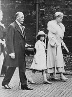 Prinsessan Anne walking with her grandparents.