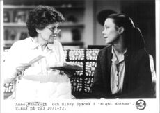 "Anne Bancroft och Sissy Spacek i filmen ""Night Mother"""