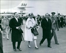 Princess Margaretha with John Ambler walking with other people, 1962.