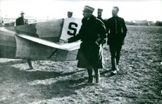 Han David and other people gathered and looking at an airplane. Photo taken in 1918.