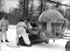On the ski day in Lill Jans forest it was demonstrated how an injured is picked by helicopter