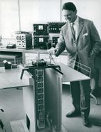 Teacher Curt Mileikowsky next to a model of nuclear reactor research reactor R2 / 0