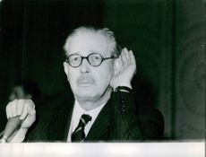 Harold Macmillan touching his ear during his speech. 1962.
