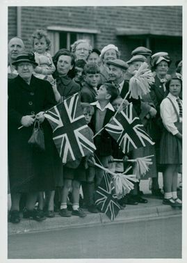 Curious Englanders are eagerly expecting King Gustaf VI Adolf and Queen Louise to arrive during the British couple's visit to England.