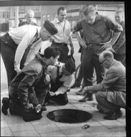 Rescue work by Sven Svensson gasförgiftats at work in the manhole together with Ove Nilsson (standing middle).