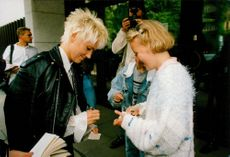 Marie Fredriksson in Roxette writes an autograph