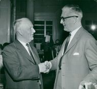 Gunnar Hedlund, the center party leader in a friendly handshake