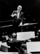 Sixten Ehrling directs SvD's and Philharmonic's Christmas concert.