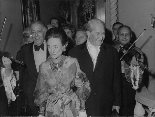 Attended last night at the first Grand Pris, New Review lido, the lebre-Elysees cabaret fields NPM The Duchess of Windsor Arriving in the evening with Maurice Chevalier