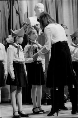 Soviet school students gathered at the Stockholm embassy to celebrate the big day when the students are taken in the pioneer movement.