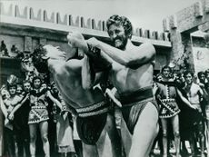 Kirk Douglas fighting with a man in Ulysses.