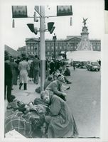 Visitors are eagerly waiting for Queen Elizabeth II's Crown Procession in 1953.