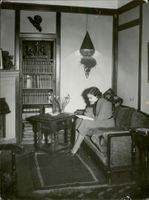 Zarah Leander siting while reading a book.