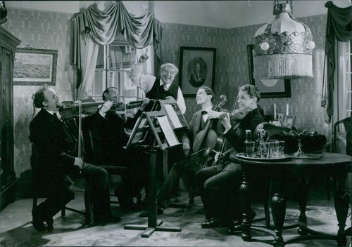 Carl Barck, Gideon Wahlberg and Helge Hagerman with other people during a scene in film Kvartetten Som Sprangdes.