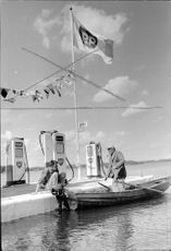 The stations on the lake has increased sharply in recent Åre. The picture gets fisherman Evert Johansson gasoline by Rolf Jäderqvist at BP gas station in Norrtäljeviken