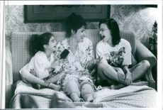 Julie Kavner, Gaby Hoffmann and Samantha Mathis in the film This Is My Life, 1992.