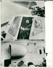 Fidel Castro inspect russian helicopter.