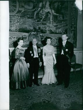 Colette Duval standing together with other people, 1960.