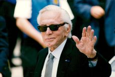 Actor Kirk Douglas arrives at Frank Sinatra's funeral in Beverly Hills