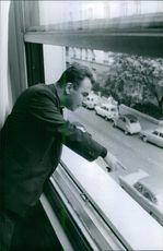 Man looking down and saw the kidnapping mme dassault.  1964