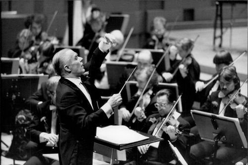 Sixten Ehrling directs SvD's and Philharmonic's New Year's Concert in the Concert Hall.