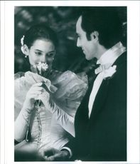 """A photo of Wynona Ryder and Daniel Day-Lewis in the film """"Oskuldens tid, 1993."""""""