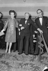 The Duke and Duchess of Windsor going down the staircase.