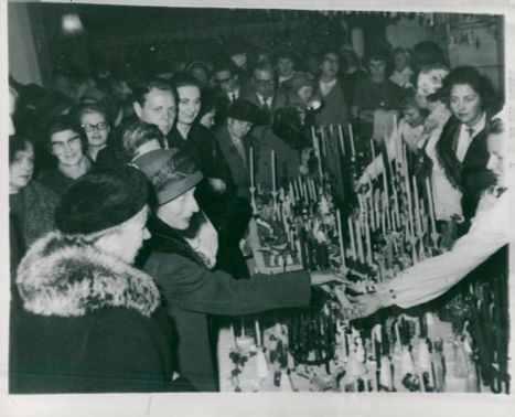 Queen Louise buys light at the Christmas bazaar in London