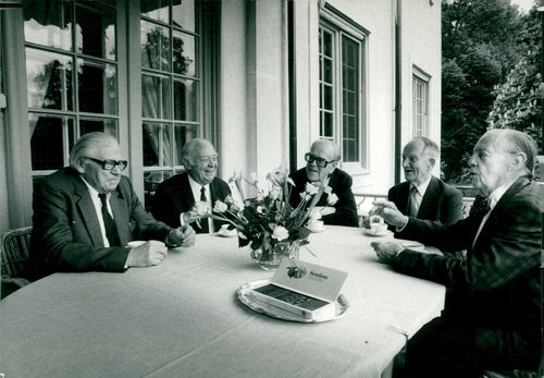 Jarl Hjalmarsson, former party leader for the moderators for coffee-making with other former party leaders: Gunnar Sträng, Torsten Nilsson, Tage Erlander, Gunnar Hedlund