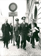 Soldiers (ÖB L Ljung) and Foreign Minister Ola Ullsten on their way to Prime Minister T Fälldin for the U-Boat Deal