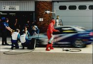 Every second, gold is worth under a crash stop. The Volvo team swapped lightning tires on Rickard Rydell's car.