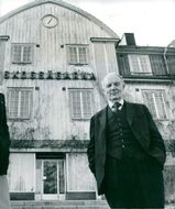 Gunnar Hedlund, the center party leader outside the forest owners' building