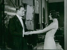 """A scene from the film """"Say it in tones"""" casting by Håkan Westergren and Elisabeth Frisk, 1930."""