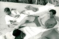 Simone Signoret is enjoying the sun together with Yves Montand