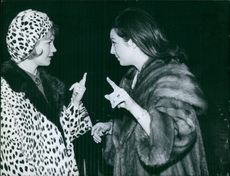 Liselotte Pulver talking to a woman.