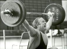 Ingvar Asp grimace as he lifts in an unknown competition context