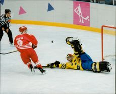OS in Lillehammer. Ice Hockey Finals Sweden - Canada. Paul Kariya shoots the last penalty of the match and goalkeeper Tommy Salo throws up the shotgun and saves