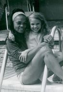 Eartha Kitt with his little daughter at the pool