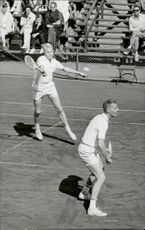 Ulf Schmidt plays tennis match