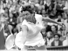Margaret Court in action against Helga Niessen in Wimbledon