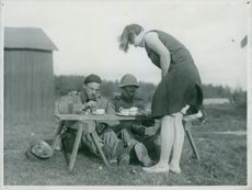 Two soldiers take coffee break under Södermanlandsmanövern. The soldier service serves coffee with bread. - 1 October 1929