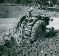 Overall usage. A self-extracting tractor plow, used in agriculture at Överum