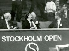 Olof Palme looks at Stockholm Open 82
