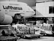 Loading of a Boeing 747-200 at the Rhein-Main Airport in Frankfurt.
